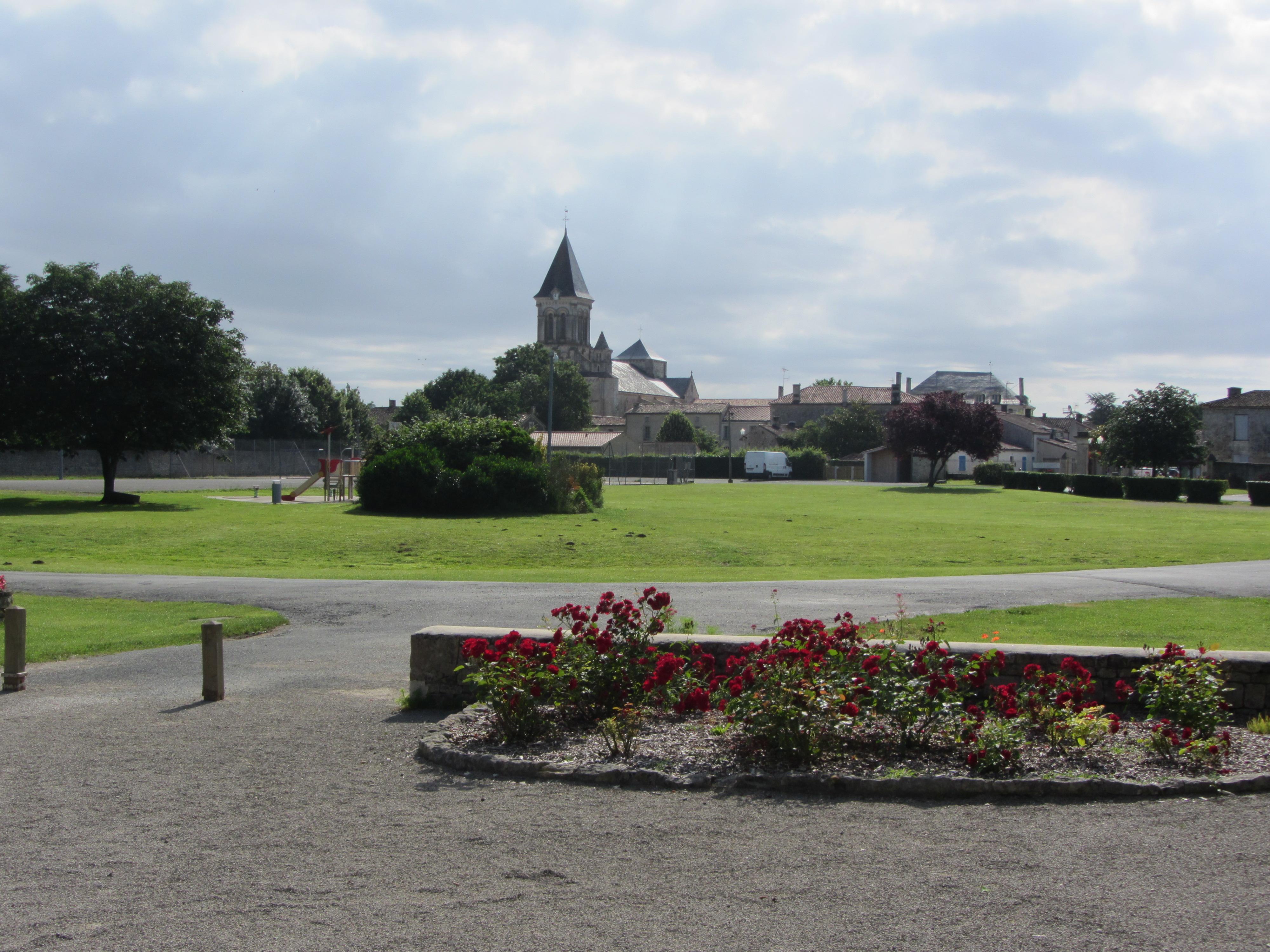 Vue sur l'abbaye de Nieul sur l'Autise